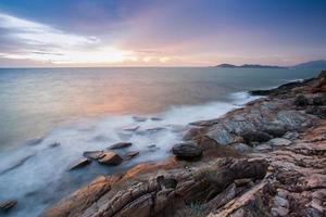 Langzeitbelichtung von Strandwellen auf Felsen