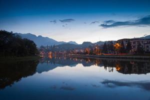 Stadtbild auf dem Wasser bei Sonnenuntergang