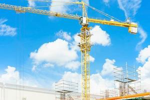 Baukräne und Hochhaus im Bau