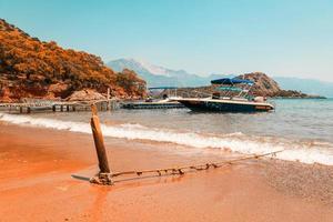 blaues Schnellboot am Pier im Sommer