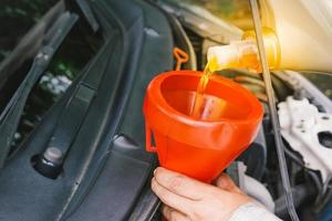 Automechaniker ersetzen und gießen Öl in den Motor