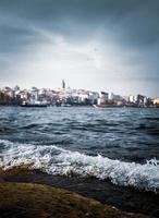 Blick auf den Strand mit Stadt im Hintergrund