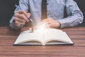 Geschäftsmann mit Stift und Notizbuch, Ideenkonzept foto
