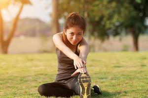 sportliche Frau, die sich aufwärmt und streckt