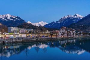 Alpenberg und Dorf in Interlaken, Schweiz