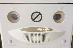 Sicherheitsgurtzeichen in einem Flugzeug befestigen