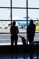 Moskau, Russland, 2020 - junge Familie beobachtet Flugzeuge an einem Flughafen foto