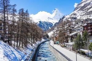 altes dorf am sonnigen tag mit matterhorn spitzenhintergrund in zermatt, schweiz
