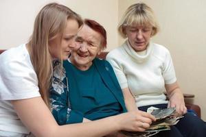 Großmutter, Mutter und Tochter verbinden sich foto