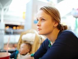 Mutter und Sohn in einem Einkaufszentrum