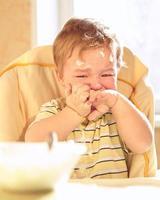 trauriger Junge, der eine Mahlzeit isst