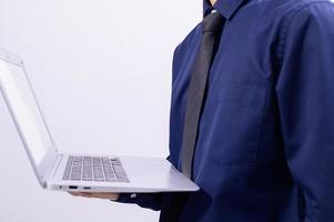 eine Person, die einen Laptop hält