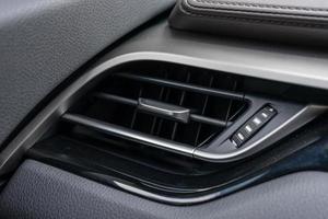 Nahaufnahme der Klimaanlage im Auto