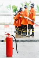 Feuerwehrleute sprühen Hochdruckwasser aus dem Schlauch