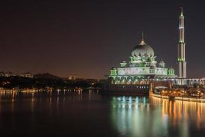 Putra Moschee in der Nacht foto