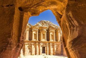 Blick aus einer Höhle des Ad Deir, Kloster in der antiken Stadt Petra, Jordanien