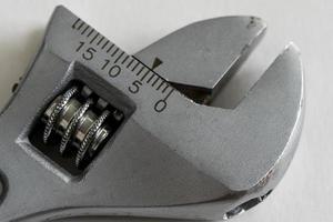 extreme Nahaufnahme eines verstellbaren Schraubenschlüssels foto