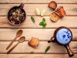 Teekanne mit frischen Kräutern