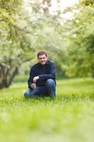 Mann kniet in einem Park