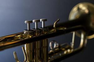 Nahaufnahme einer Trompete auf einem dunklen Hintergrund foto