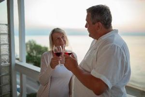 reifes Paar, das Wein genießt foto