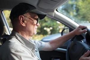 älterer Mann am Steuer foto