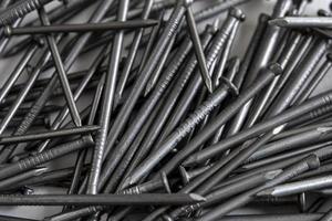 Nahaufnahme eines Haufens von Metallnägeln