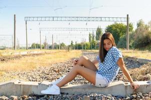 Teenager-Mädchen in der Nähe von Eisenbahnschienen foto