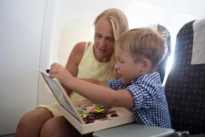Mutter und Sohn spielen zusammen im Flugzeug foto