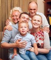 Familienporträt mit Großeltern foto
