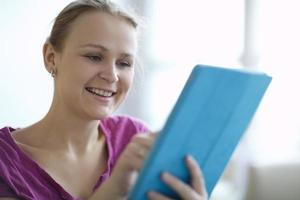 Frau hält eine Tablette foto