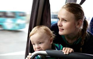 Mutter und Sohn in einem Bus foto