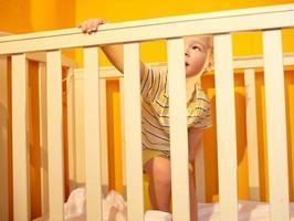 Kind in einem Kinderbett