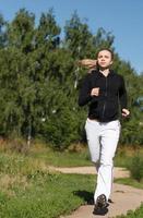 Frau läuft in einem Park