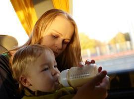 Mutter füttert Kind foto
