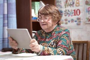 ältere Frau mit einer Tablette foto