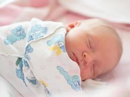 schlafendes Neugeborenes foto