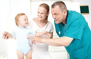 Kind und Mutter bei einer ärztlichen Untersuchung foto