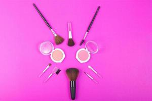 erröten und rosa Farbe über lila Hintergrund foto