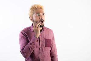 Porträt eines gutaussehenden Hipster-Mannes, der lokalisiert auf weißem Hintergrund steht