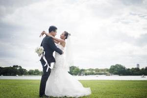 hübsche Braut und hübscher Bräutigam herrliches Posten in der Natur foto