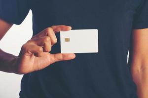 Nahaufnahme der Hand einer Frau, die eine leere Karte lokalisiert auf weißem Hintergrund hält foto