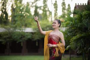 schöne Frau in einem typischen thailändischen Kleid foto