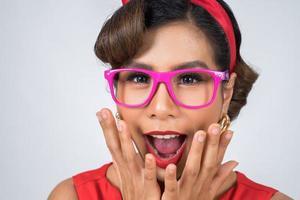 Porträt einer modischen Frau, die rosa Sonnenbrille trägt