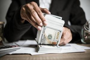 Nahaufnahme Hände einer Geschäftsfrau, die Dollarnoten hält foto