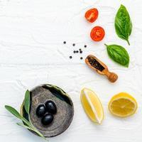 frische Zutaten auf einem gekräuselten weißen Hintergrund foto