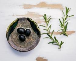 Olivenöl mit Rosmarin foto