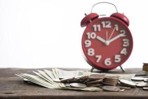 Nahaufnahme von Dollar und Münzen für Geldwechsel auf weißem Hintergrund foto