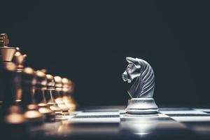 Schuss eines Schachbretts mit beweglichem weißen Haus foto