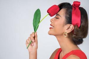 Porträt einer schönen Frau mit roten Tulpenblumen foto